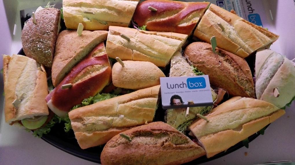 Op bestelling heerlijke broodjes op schotel.